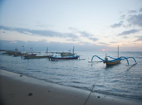 line-of-fishign-boat-at-sunru-sunriseweb